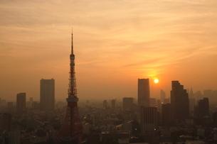 都心に沈む夕日の写真素材 [FYI01478184]