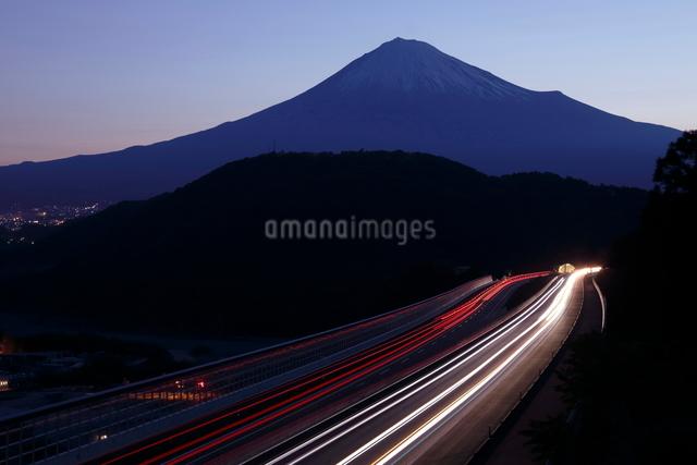 新東名高速と富士山の夜明けの写真素材 [FYI01478313]
