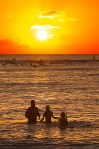 夕陽とワイキキビーチの写真素材 [FYI01478373]