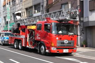 大阪市消防局の消防車 ハシゴ車の写真素材 [FYI01478424]