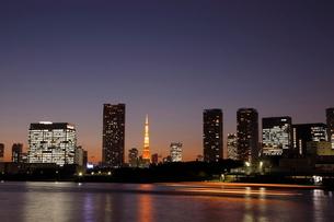 東京タワーと汐留シオサイトの夜景の写真素材 [FYI01478429]