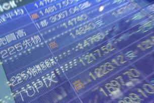 株価と証券の電光掲示板の写真素材 [FYI01478451]