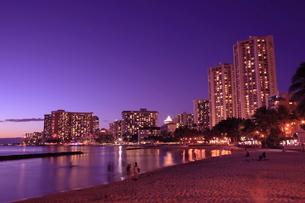 ワイキキビーチの夕暮れの写真素材 [FYI01478492]
