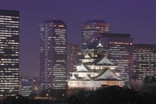 大阪城と大阪ビジネスパークの夜景 OBPの写真素材 [FYI01478504]