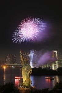 お台場の自由の女神と花火の写真素材 [FYI01478562]