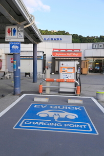 高速道路の電気自動車の充電設備の写真素材 [FYI01478621]