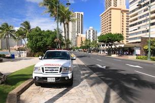 カラカウア大通りのライフガードの車の写真素材 [FYI01478672]