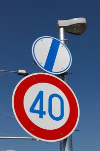 交通標識 最高速度時速40kmと制限解除の写真素材 [FYI01478867]