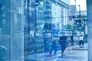 株価を表示する電光掲示板の写真素材 [FYI01478901]