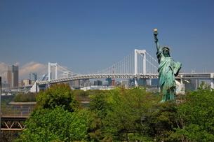 新緑のお台場の自由の女神とレインボーブリッジの写真素材 [FYI01478902]
