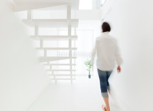 白い階段と女性の写真素材 [FYI01478923]