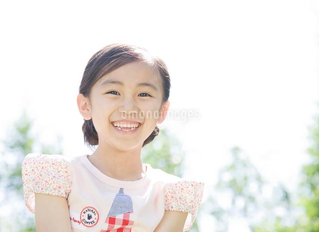 元気良く笑う女の子の写真素材 [FYI01478943]