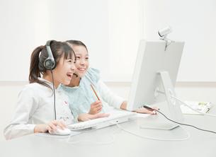 パソコンを操作する小学生の女の子2人の写真素材 [FYI01478944]