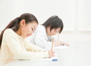 勉強をする小学生の男の子と女の子の写真素材 [FYI01479016]