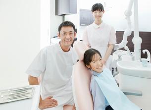 歯科医師と歯科助手と患者の子供の写真素材 [FYI01479018]