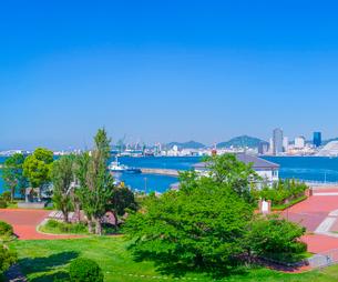 新緑と神戸港の写真素材 [FYI01479041]
