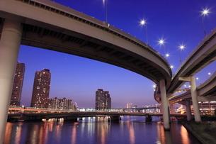 首都高速有明ジャンクションの夜景の写真素材 [FYI01479072]