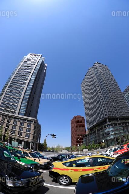 丸の内のタクシーと高層ビル群の写真素材 [FYI01479089]