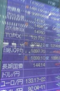 株価と証券の電光掲示板の写真素材 [FYI01479171]