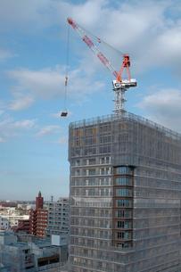 建築中のビルとタワークレーンの写真素材 [FYI01479184]