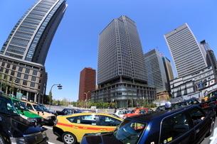 丸の内のタクシーと高層ビル群の写真素材 [FYI01479194]