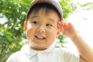 公園で敬礼の真似をする男の子の写真素材 [FYI01479233]