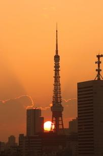 東京タワーと夕日の写真素材 [FYI01479300]