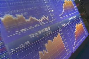 株価と証券の電光掲示板の写真素材 [FYI01479332]