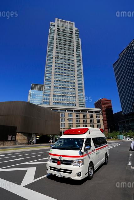丸の内の高層ビルと救急車の写真素材 [FYI01479352]
