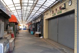 閑散とした商店街の写真素材 [FYI01479360]