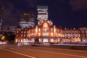 東京駅丸の内駅舎の夜景の写真素材 [FYI01479365]