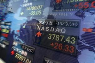 株価と証券の電光掲示板の写真素材 [FYI01479506]