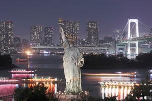お台場の自由の女神とレインボーブリッジの夜景の写真素材 [FYI01479529]