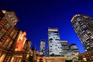 東京駅前の夜景の写真素材 [FYI01479537]