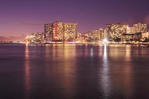 ワイキキビーチの夜景の写真素材 [FYI01479559]