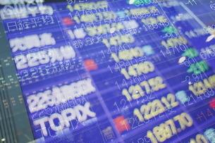 株価と証券の電光掲示板の写真素材 [FYI01479584]