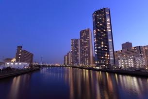東雲のタワーマンションの夜景の写真素材 [FYI01479597]