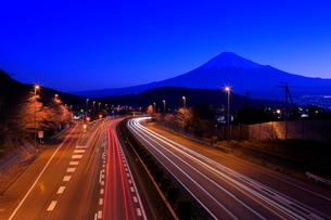 富士山と東名高速道路の夜明けの写真素材 [FYI01479644]