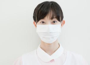 マスクをした歯科助手のポートレートの写真素材 [FYI01479647]