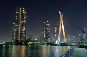 中央大橋とタワーマンションの夜景の写真素材 [FYI01479673]