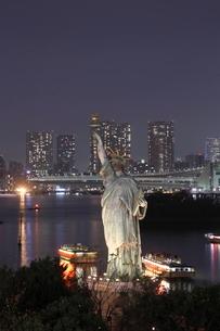 お台場の自由の女神と屋形船の夜景の写真素材 [FYI01479685]