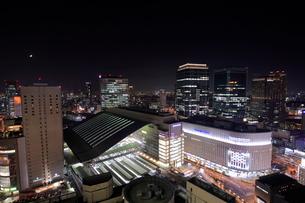 大阪駅の夜景の写真素材 [FYI01479689]