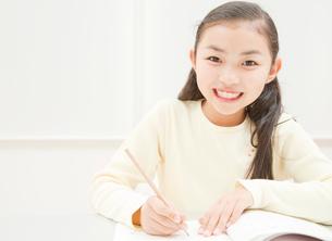 勉強をする小学生の女の子の写真素材 [FYI01479698]