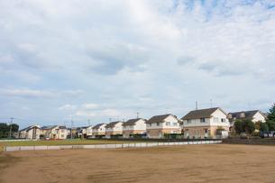 住宅街と空き地の写真素材 [FYI01479709]