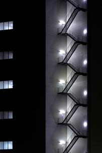 夜のビルの非常階段の写真素材 [FYI01479730]