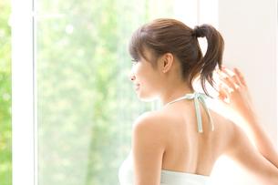 窓の外を眺める女性の写真素材 [FYI01479732]