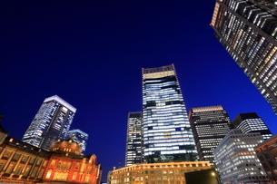 東京駅前の夜景の写真素材 [FYI01479737]