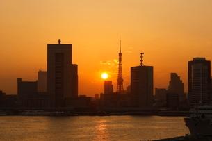 東京タワーと夕日の写真素材 [FYI01479744]