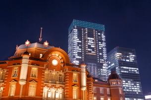 東京駅と高層ビルの夜景の写真素材 [FYI01479766]
