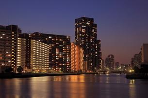 豊洲運河とマンション群の夜景の写真素材 [FYI01479809]